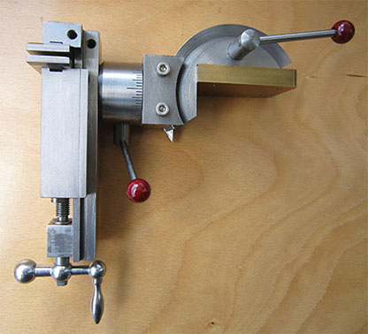 The angle of the vice tilt can be changed in the range of 100°